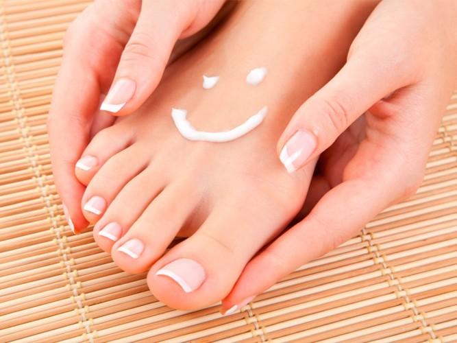Cremes hidratantes são uma ótima opção para hidratar os pés