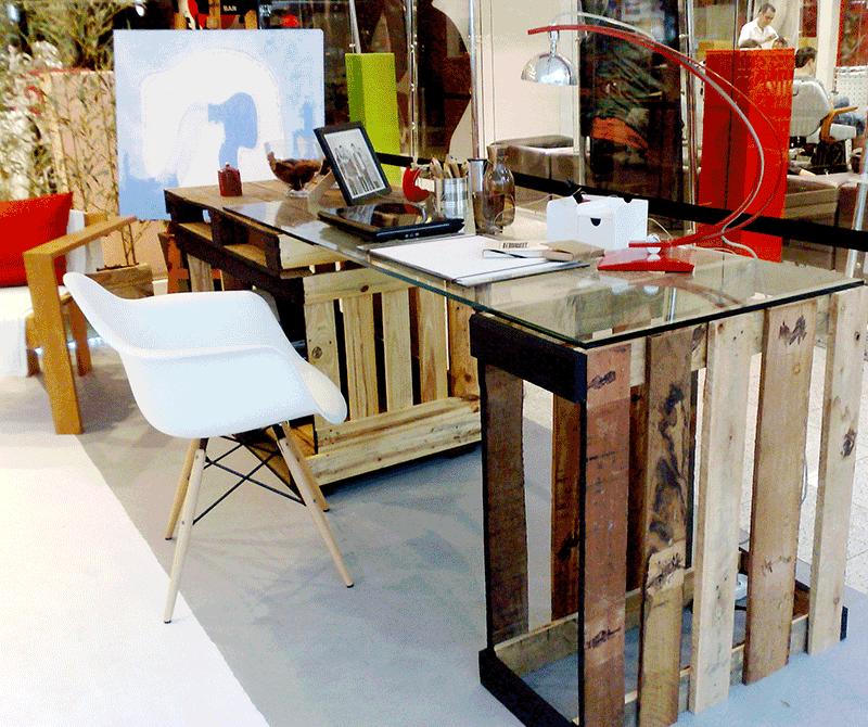 Linda mesa feita de caixotes de madeira