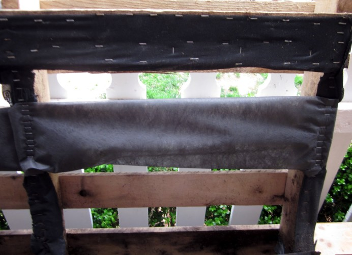 Colocar manta de jardinagem utilizando o grampeador