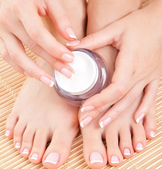 Há muitos produtos que ajudam a manter seus pés hidratados e saudáveis