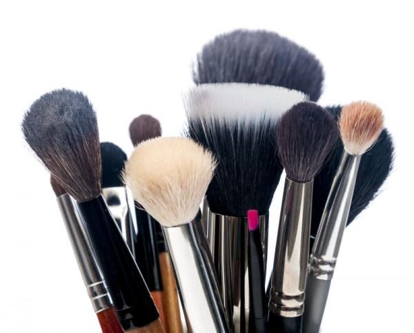 Os pinceis estão em contato direto com a sua pele e com a maquiagam: mantenha-os limpos