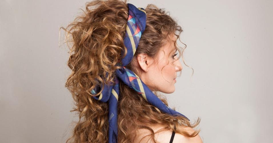 Os cabelos cacheados são perfeitos para você experimentar os mais diversos tipos de penteados