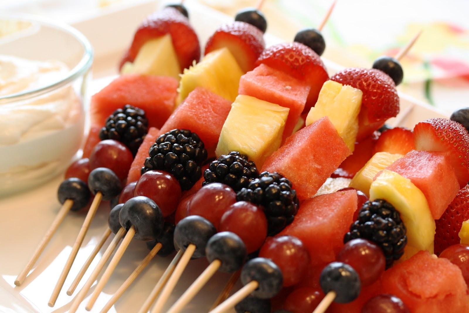 Frutas no palito também fazem sucesso