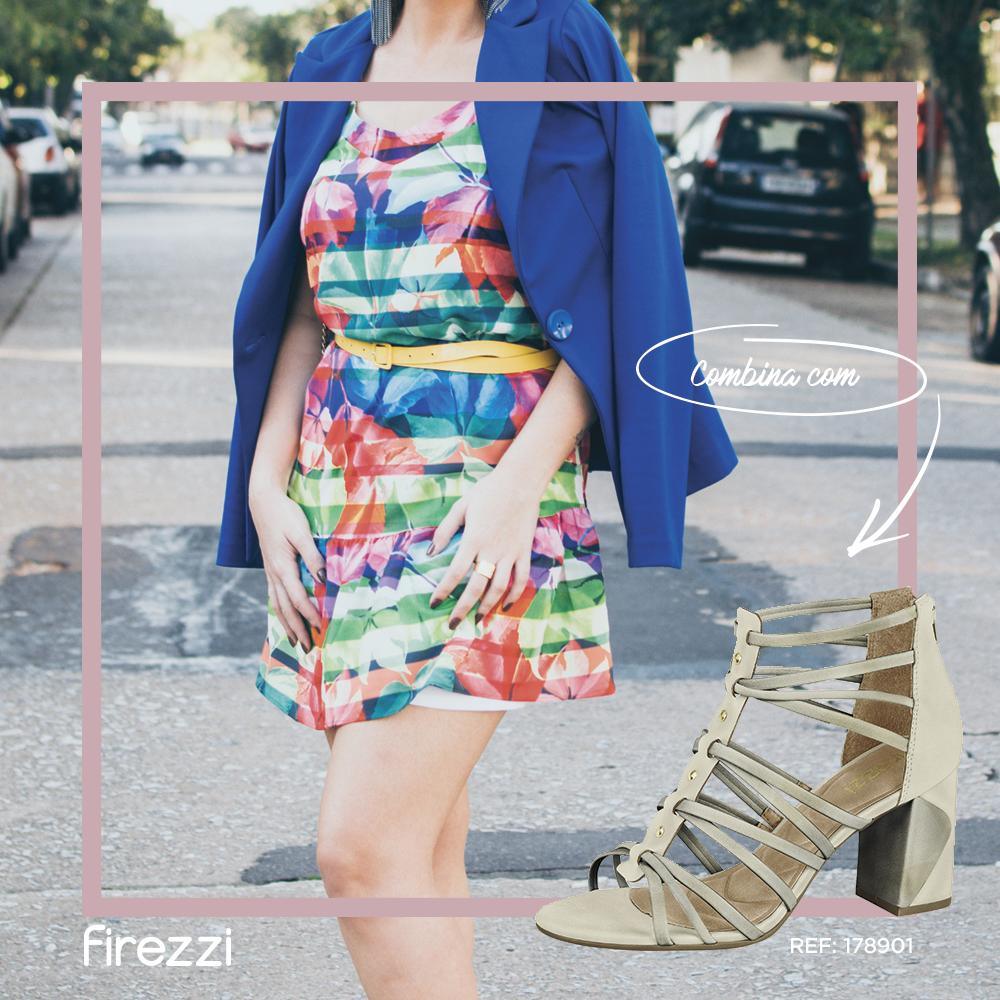 Vestidos coloridos comblazer azul ficam lindos com sandália de cor neutra