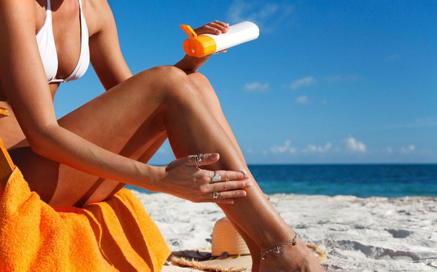 Para quem quer se bronzear, o ideal é aplicar o fator 30 no corpo e 50 no rosto, mãos e colo