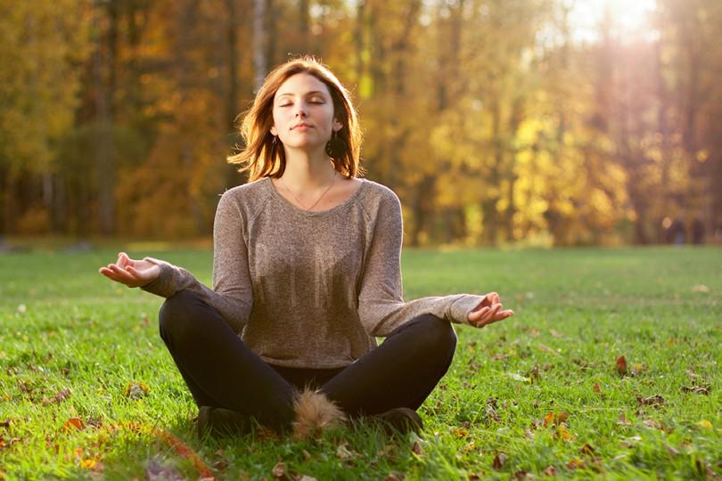 em casa ou em algum lugar calmo, concentre-se apenas na sua respiração